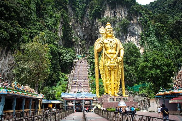 Статуя Муругану перед входом в пещеры