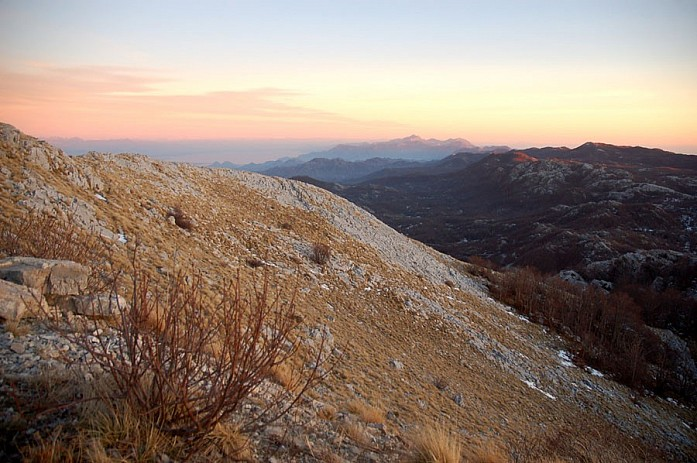 за горами открывается вид на Скадарское озеро