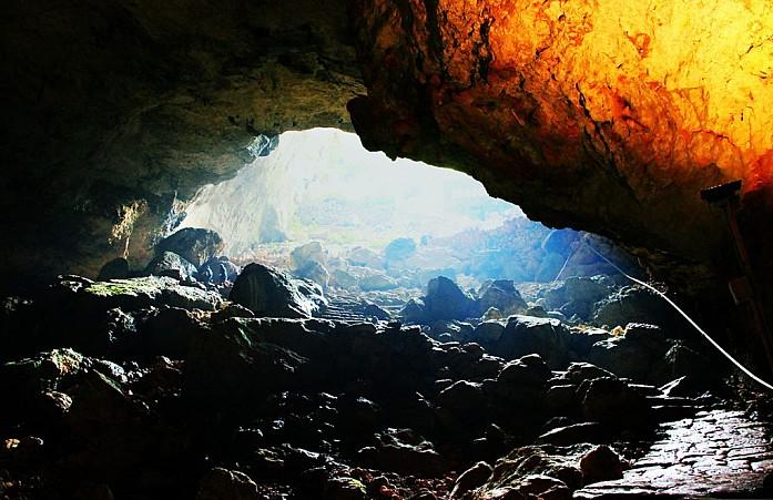 На дне пещеры песок и камни, достаточно холодно. А ещё здесь можно услышать какой-то гул, как будто наверху ходят трамваи.