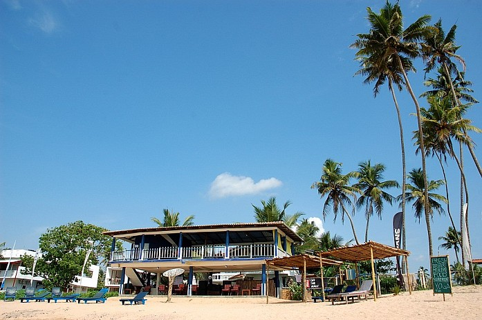 Гостиница на самом берегу океана, полностью заселенная серферами