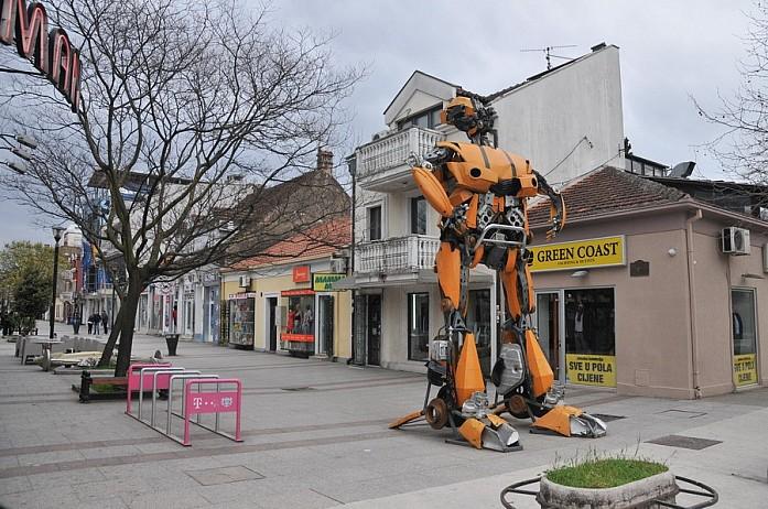 Забавные фигуры роботов в Подгорице. Сейчас их, вроде, демонтировали и увезли в Сербию