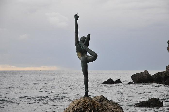 Статуя балерине на пляже Морган