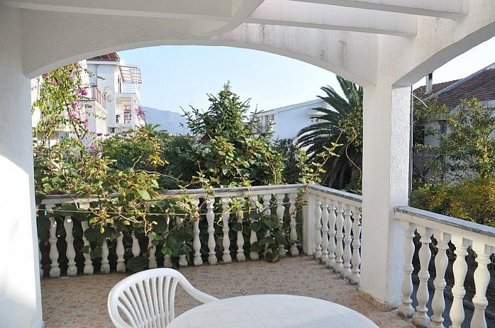 Черногорцы очень любят веранды и найти квартиру с таким вот очаровательным балконом - пара пустяков