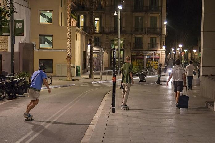Ночные скейтеры в Барселоне