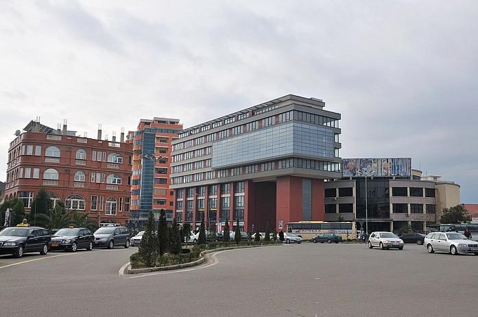 Албанцы стараются внести какие-то интересные элементы в архитектуру, но получается все равно мрак
