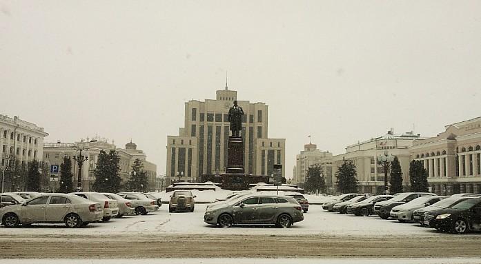 В самом центре площади Свободы располагается памятник Владимиру Ильичу Ленину
