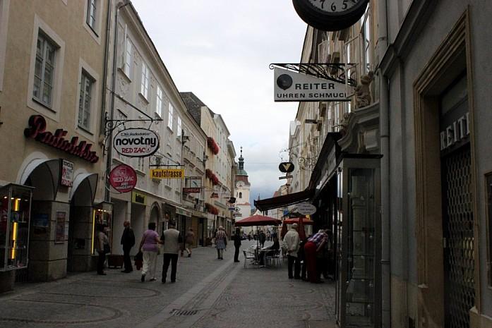 Малолюдная главная туристическая улица в Кремсе