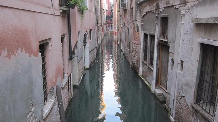 Один из маленьких каналов. Все первые этажи зданий в Венеции нежилые