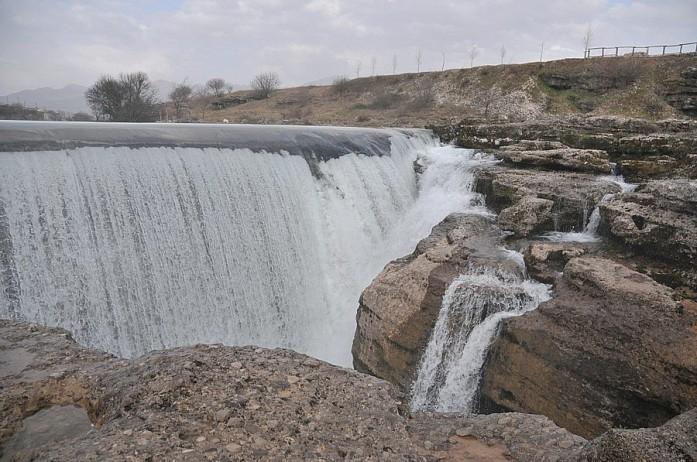 """Местная """"Ниагара"""": рукотворный водопад, около которого находится потрясающий одноименный ресторан с гусями, утками, кроликами и другой живностью, которая ходит около тебя и попрошайничает хлеб"""