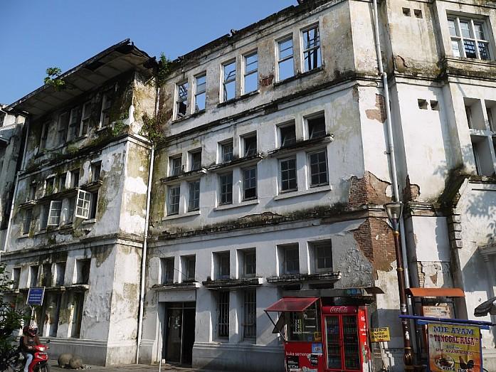 разваливающиеся здания в историческом квартале