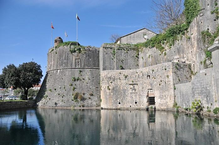 Стена старого Котора - одного из самых красивых городов в стране