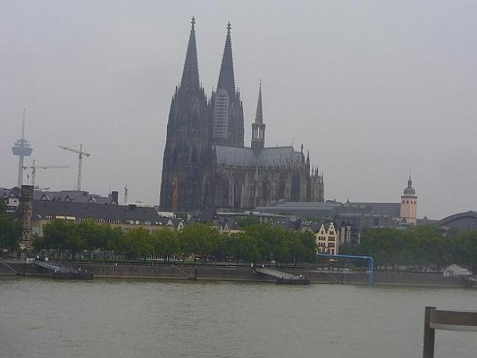 Кельнский собор. Он огромный, поэтому целиком его можно сфотографировать только издали.