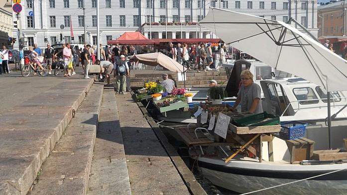В порту Хельсинки торговля идет прямо с воды