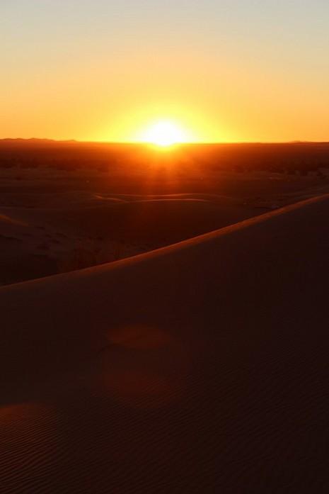 Граница с Алжиром на фоне восхода солнца