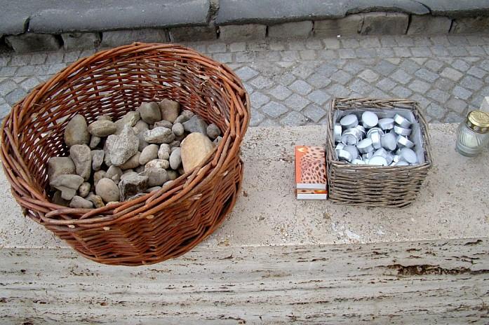 свечи и камни