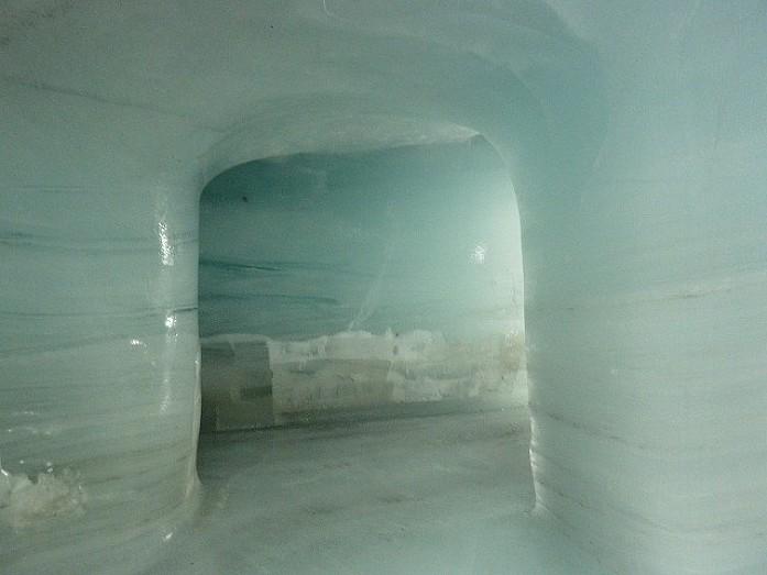 Туннель, пробитый в леднике. Кое-где видна вмерзшая в лед доисторическая трава