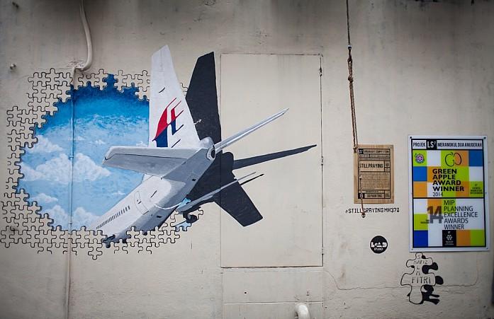 Граффити Still Praying посвящено пропавшему малайзийскому боингу