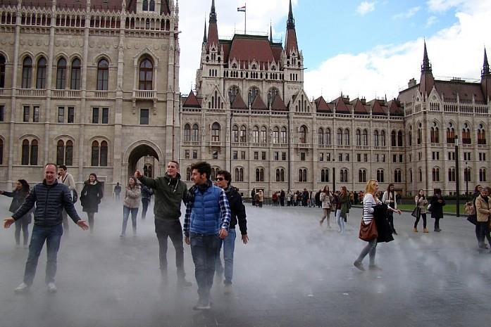 """""""туман"""" у здания парламента"""