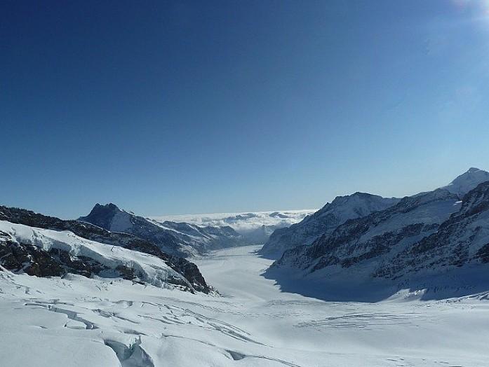 Белый поток вниз - это и есть ледник