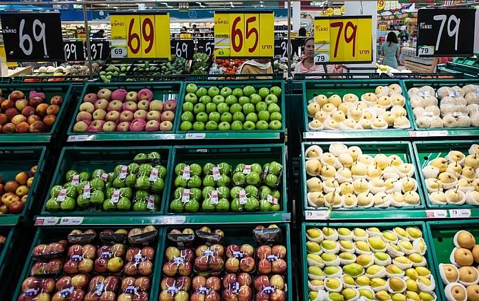Яблоки и груши здесь импортные