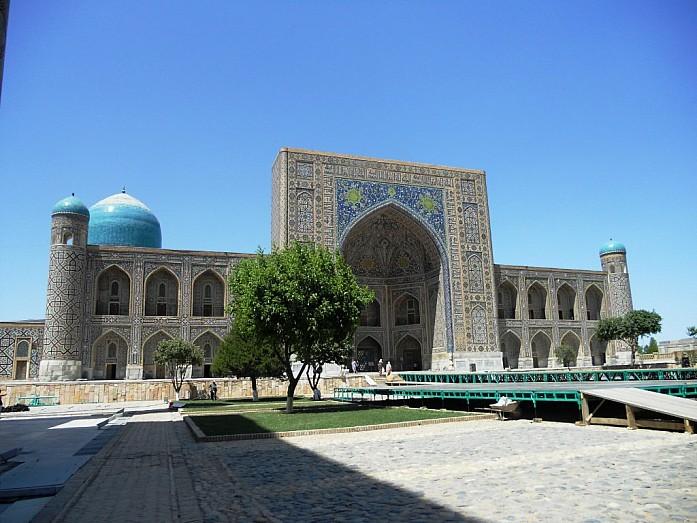 Средневековое медресе на площади Регистан