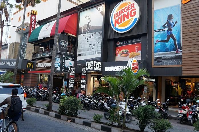Торговая улица Raya Kuta в Куте