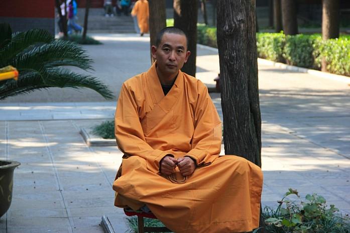 Монах в Храме Белой Лошади