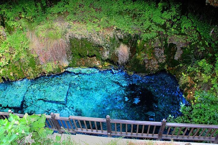 Изумрудная вода при входе в пещеру
