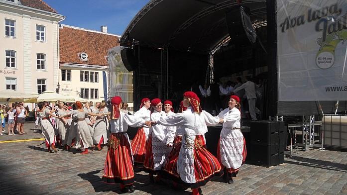 Выступление фольклорных эстонских коллективов очень зажигательно