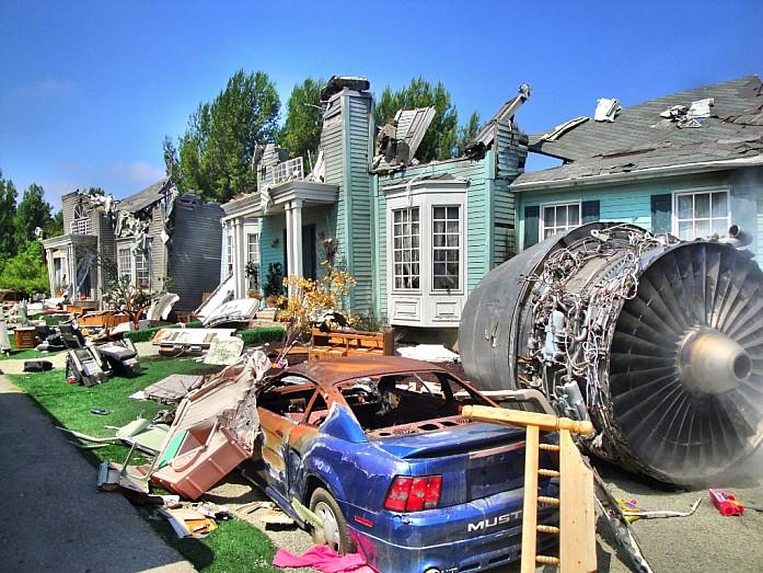 """Разрушенный дом и часть настоящего самолёта из фильма """"Война миров"""""""