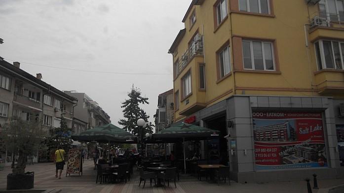 """""""Red Club Pomorie"""" расположен в центре города на пешеходной улице, работает до полуночи."""