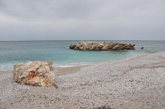 Большинство пляжей каменистые или с мелкой галькой. Песчаные - или в Будве или в Ульцине. Впрочем, есть отдельные пляжи в Бока-Которском заливе, где навезли песка и принудительно сделали их хорошими)