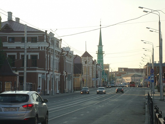 Северная половина улицы Габдуллы Тукая. Впереди видна Султановская мечеть