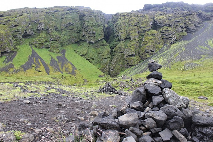 Первый тролль (на фоне каньона троллей)