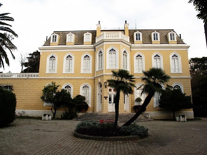 дворец на набережной