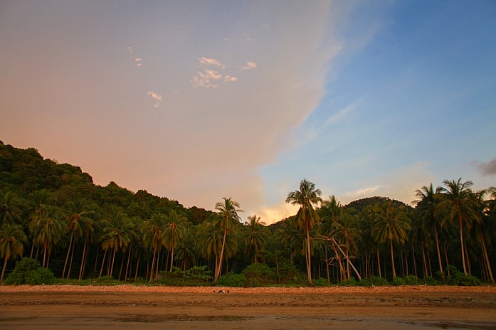 Наш пляж, окруженный кокосовыми пальмами
