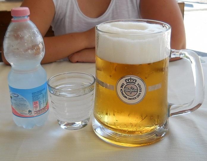 В ресторанах можно найти литровые кружки пива. В жаркий полдень - самое то))