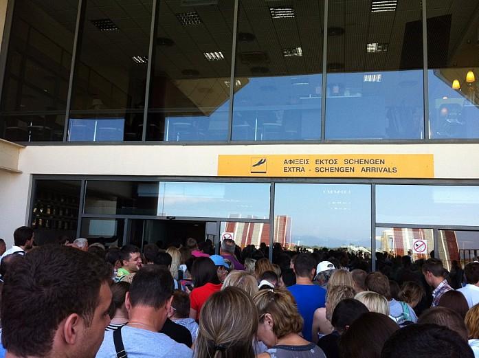 Вот такая толпа собралась у входа в аэропорт