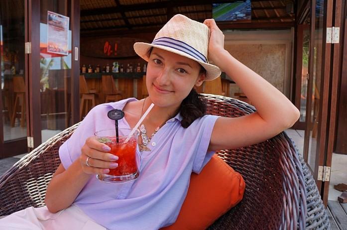 А можно никуда не ездить, отдыхать и пить коктейли