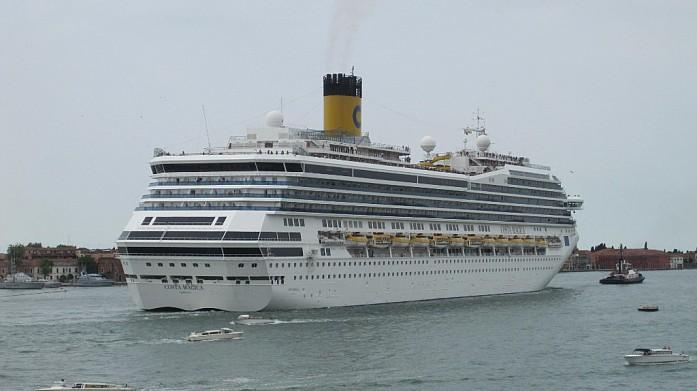 Океанский лайнер в бухте Венеции. Жители города недовольны тем, что подобные огромные корабли заходят в бухту и портят вид.