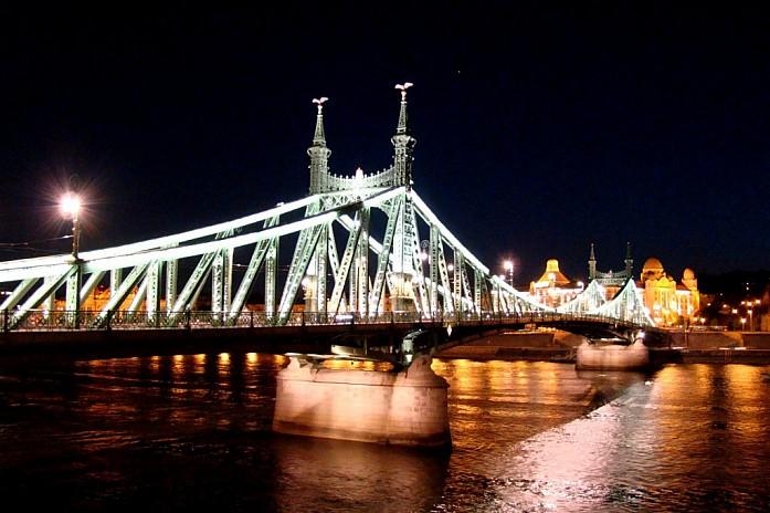 мост Свободы ночью