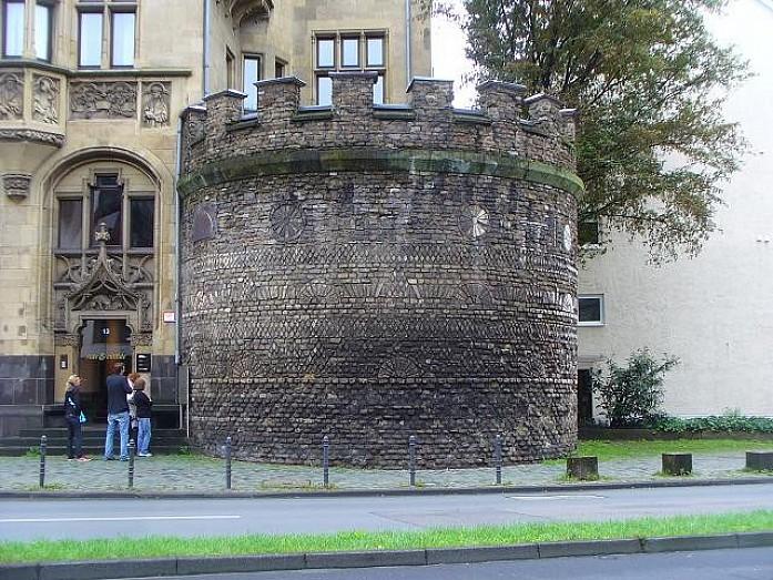 Остатки городских ворот. Есть и другие, но они реконтсрукция, а это - оригинал