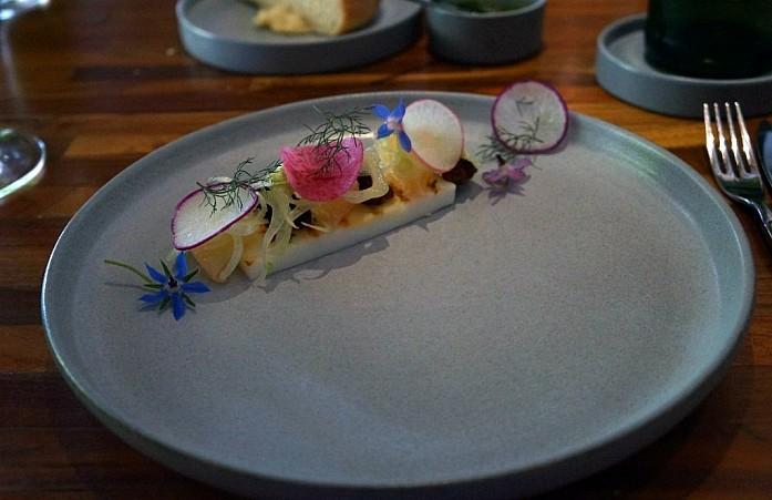 Ресторан Locavore - закуска из мяса краба