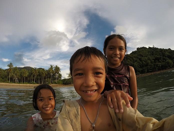 Дети играют с GoPro