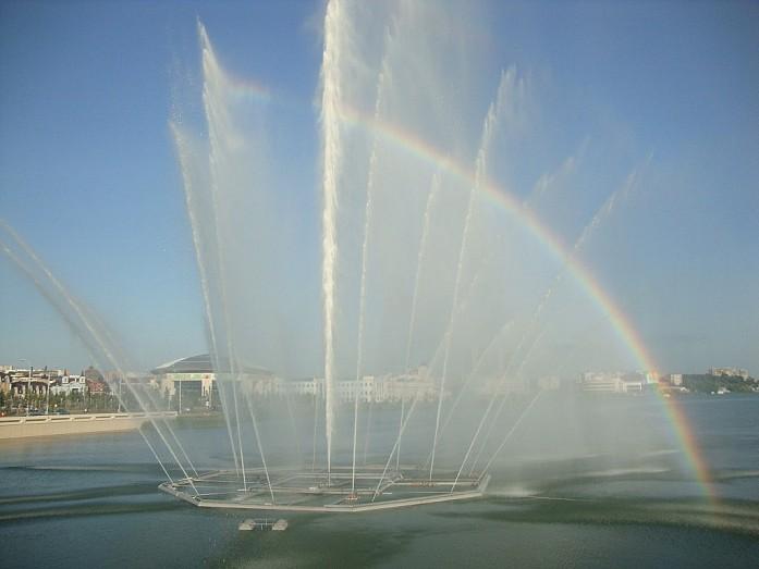В погожие летние дни в водяной пыли фонтана появляется радуга
